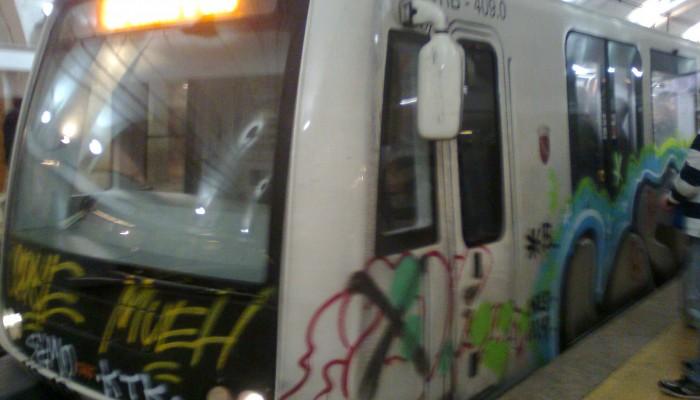 Le firme dei vandali sul muso dei nuovi treni Caf della linea B