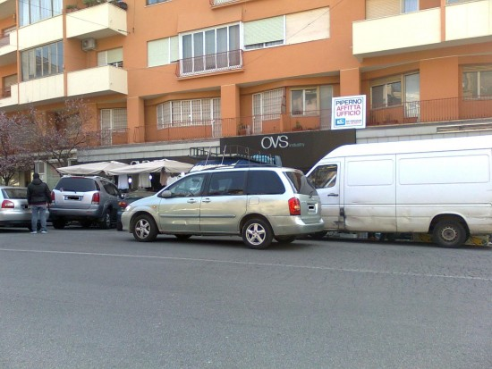 Scarico merci e parcheggio in 2° fila dietro alle bancarelle di Via Ravenna