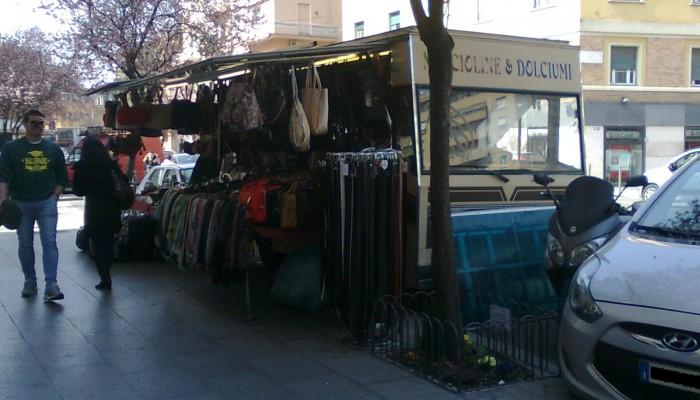 Un vecchio camion bar utilizzato dal venditore di borse ambulante