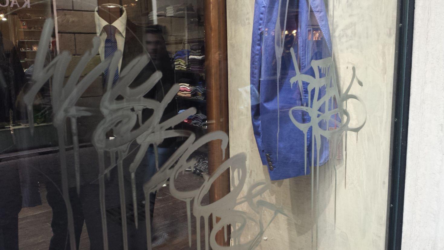 Scritte vandaliche via Giubbonari 2