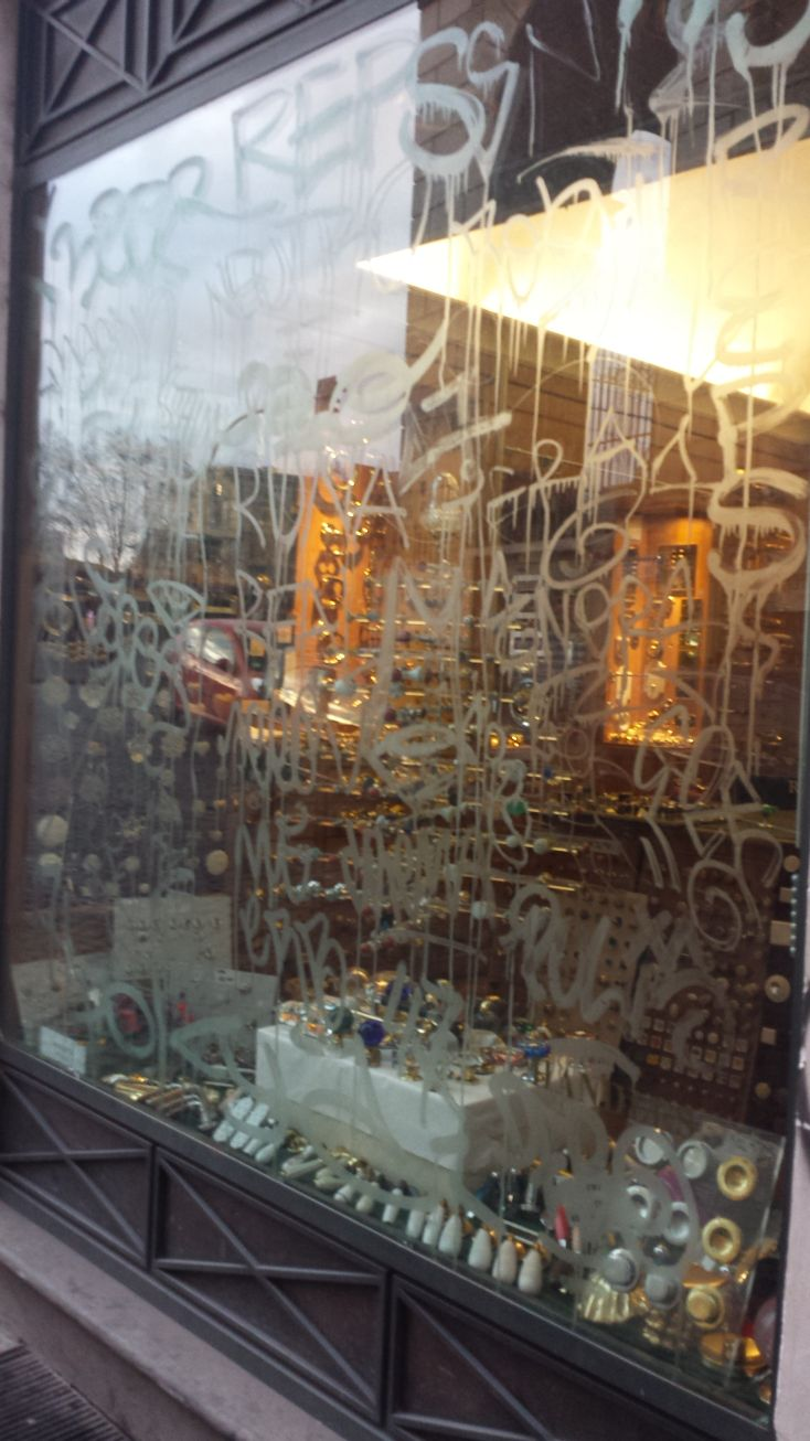 Scritte vandaliche via Pettinari