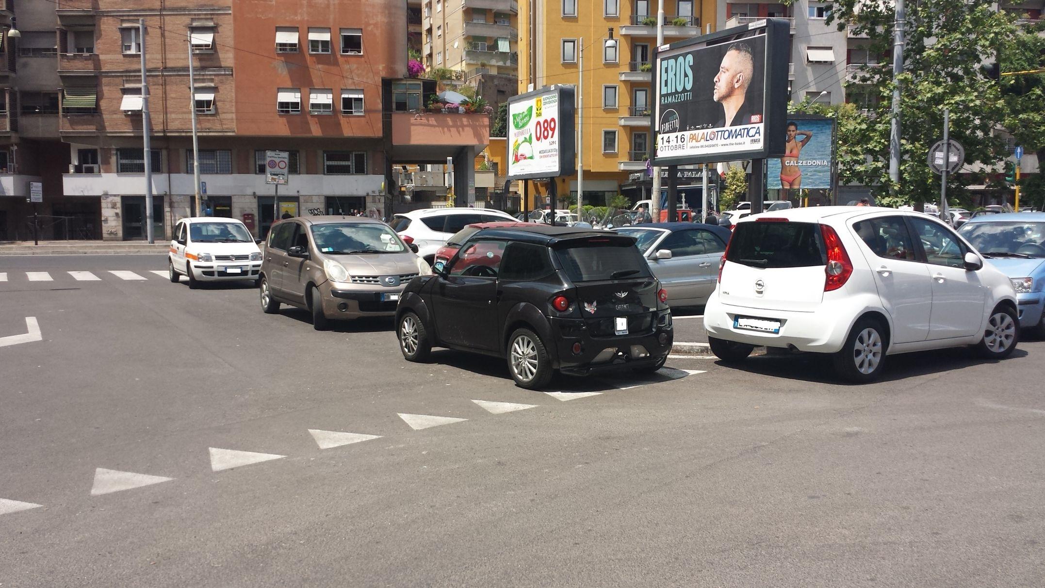 Piazza Ippolito Nievo sosta selvaggia 3