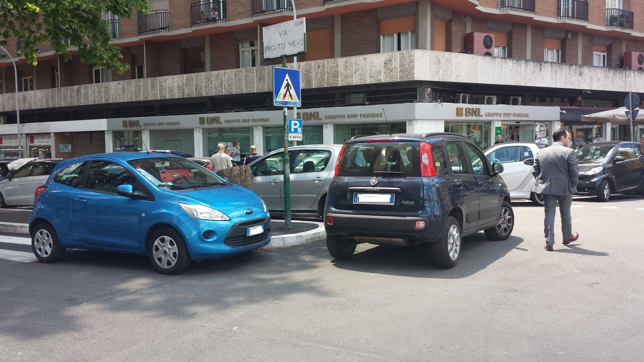 Piazza Ippolito Nievo sosta selvaggia 5