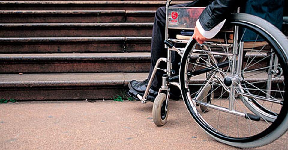 disabile-sedia-rotelle-scala-barriere-architettoniche-marka-488x255-2