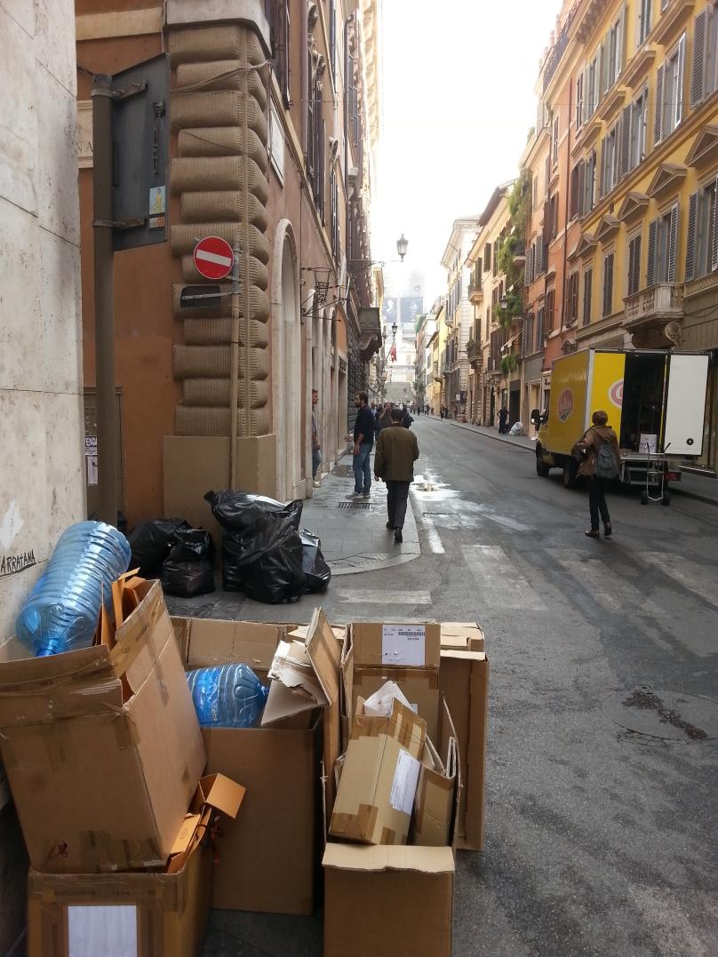 Conferimenti in strada (vietati) dei commercianti di via Condotti
