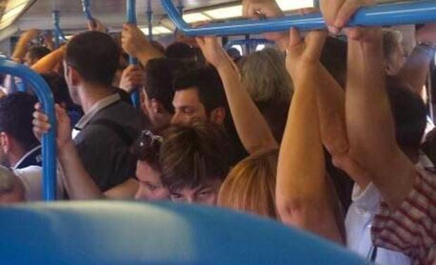 treno-roma-lido-affollato-619x376