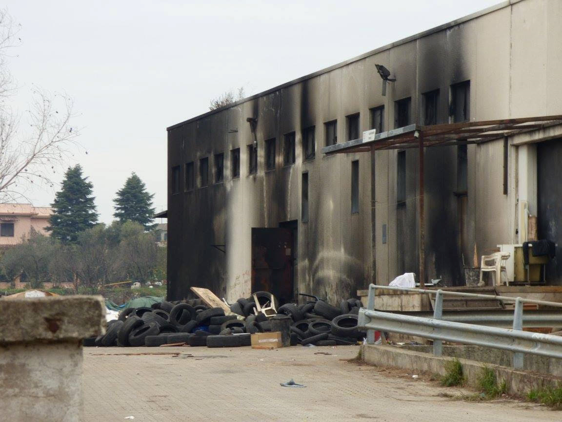 capannone collatina bruciato